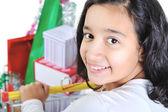 Heureuse souriante jolie fille avec panier d'achat — Photo