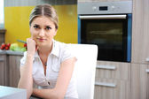 Jovem bela mulher loira na cozinha — Foto Stock