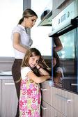 台所で母と娘 — ストック写真