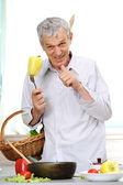 格好良い男の台所で料理をして高齢者 — ストック写真