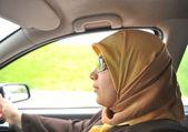 車の中でイスラム教徒の女性ドライバー — ストック写真