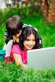 快乐的孩子在户外的性质 — 图库照片