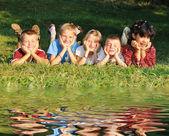 牧草地の子どもたち — ストック写真