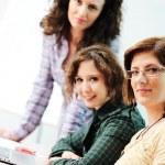 terwijl vergadering, groep van jonge vrouwen werken samen aan de tabel — Stockfoto