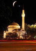 Mesquita, tráfego crescente e estrela e as luzes da noite — Fotografia Stock