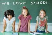 Классе в школе и текст на зеленой доске — Стоковое фото