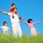 gelukkige familie met vier leden op mooie scène in de natuur — Stockfoto