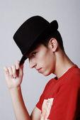 从配置文件的帽子与年轻男性模型 — 图库照片