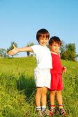 Bambini carini sul bellissimo campo verde — Foto Stock