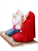 A young muslim girls in traditional clothes praying — Stock Photo
