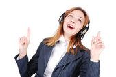 Joyeux chant féminin et écouter de la musique avec sérénité sur le visage — Photo