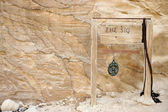 The Siq in Petra, Jordan - copy-space wooden banner with an arrow on. You also can simply remove the text and put your own. — 图库照片