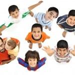 szczęśliwy dzieci, pozytywne świeże uśmiechający się chłopcy z innej perspektywy, na białym tle na białe, pełne ciała. Ojciec z dzieckiem w ramionach z nimi — Zdjęcie stockowe
