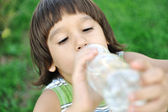 Child drinking pure water in nature — Stok fotoğraf