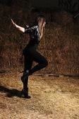 Una giovane bella ragazza danza moderna danze — Foto Stock