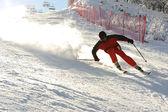 Esqui na estância de esqui, blured esquiador em rápido movimento, esporte radical — Foto Stock