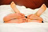 Happy family in bed, six feet — Stockfoto