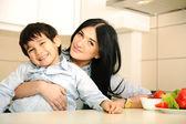 счастливая мать и маленький сын на кухне, счастливое время и единения — Стоковое фото
