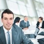 Porträt des jungen Geschäftsmann im Büro — Stockfoto