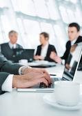 Ambiente de negocio, trabajando en equipo portátil durante la reunión — Foto de Stock
