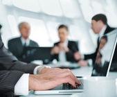 Discussão de negócios na sala de reuniões — Foto Stock