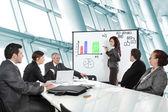 Empresária, um diagrama de desenho durante a apresentação na offic — Foto Stock
