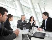 бизнесмены, имеющие деловую встречу — Стоковое фото