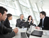 Podnikatelé mají na obchodní jednání — Stock fotografie