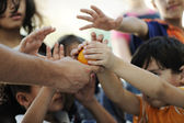 Hongerige kinderen op vluchtelingenkamp, distributie van levensmiddelen mogelijk humanitaire — Stockfoto