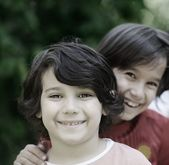 портрет крупным планом счастливым мальчиком вне — Стоковое фото
