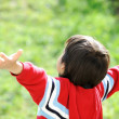 Child outstretched against the sky — Stockfoto