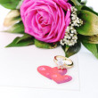 Love rose, for lover, on white with affiance (marriage) rings and red heart card — Stock Photo