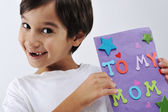 Kid holding message for lovely Mom — Stock Photo
