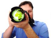 Adam kamera toprak yeşil lens ile — Stok fotoğraf