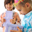 Cute kid receiving birthday present box — Stockfoto #26232407