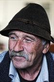 Bıyıklı yaşlı adam portresi — Stok fotoğraf