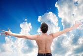 Mutlu bir adam kollarını açarak açık — Stok fotoğraf