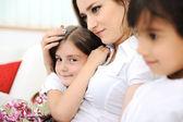 Küçük kızı ve oğluyla evde genç anne — Stok fotoğraf
