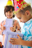 Cute kid receiving birthday present box — ストック写真