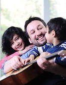 Baba ve çocukları evde eğleniyor — Stok fotoğraf
