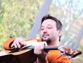 Man gitaarspelen en ontspannen thuis — Stockfoto