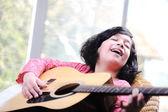 Küçük kız evde gitar çalmak — Stok fotoğraf