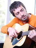 Erkek yetişkin oyun gitar — Stok fotoğraf