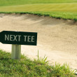 Next tee sign arrow direction golf field — ストック写真