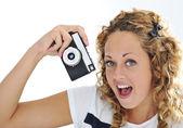 Retro bir kamera elinde tutan bağırarak heyecanlı bir genç kadın — Stok fotoğraf