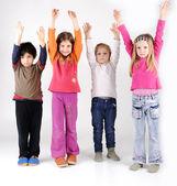 Silah kadar olan dört çocuk grubu — Stok fotoğraf