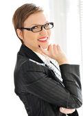 Femme d'affaires belle avec les cheveux courts et lunettes — Photo