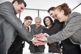 Grupp av företag med händerna tillsammans för enighet och partnerskap — Stockfoto