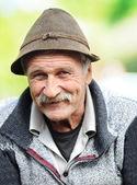 Foto des im alter mann mit hut, draußen — Stockfoto