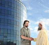 Açık havada modern binanın önünde toplantı arap müslüman işadamı — Stok fotoğraf